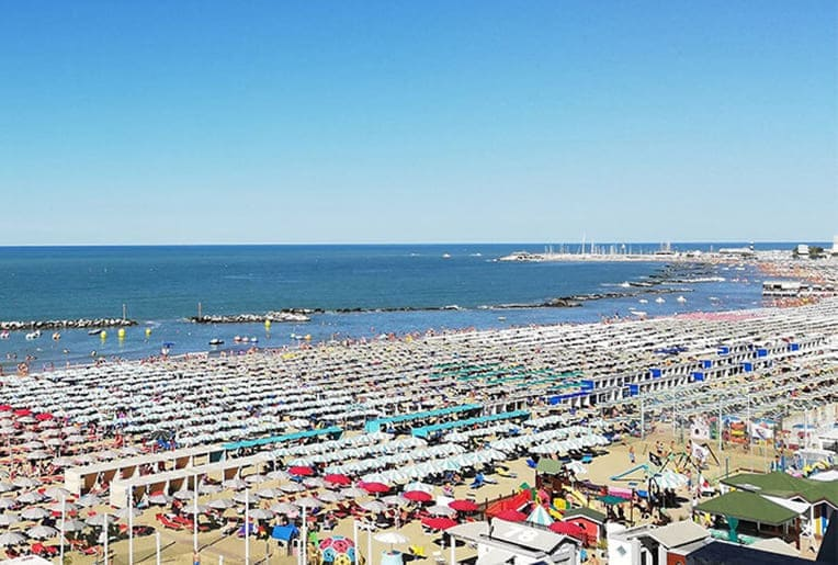 riz cattolica ombrelloni colorati spiaggia